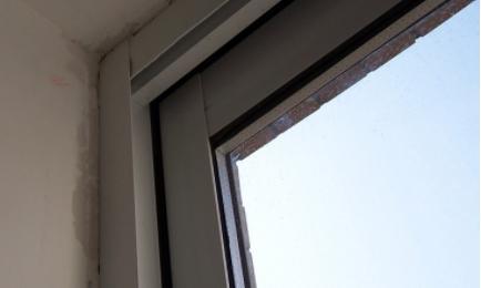 窗框上的胶带风化了怎么除去(窗户框上的胶是什么胶)