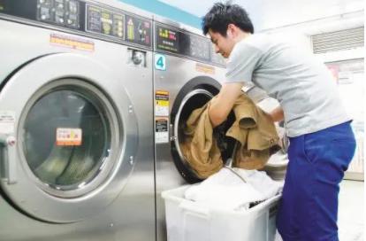 洗衣机自己开始运行怎么回事(洗衣机插上电不转是什么意思)