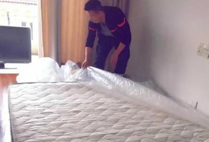厚被子可以当床垫吗(没有床垫怎么睡)