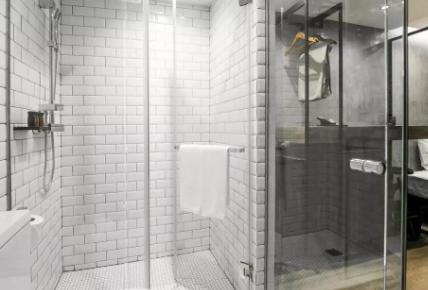 浴室玻璃陈年水渍怎么消除(怎样防止浴室玻璃上的水垢)